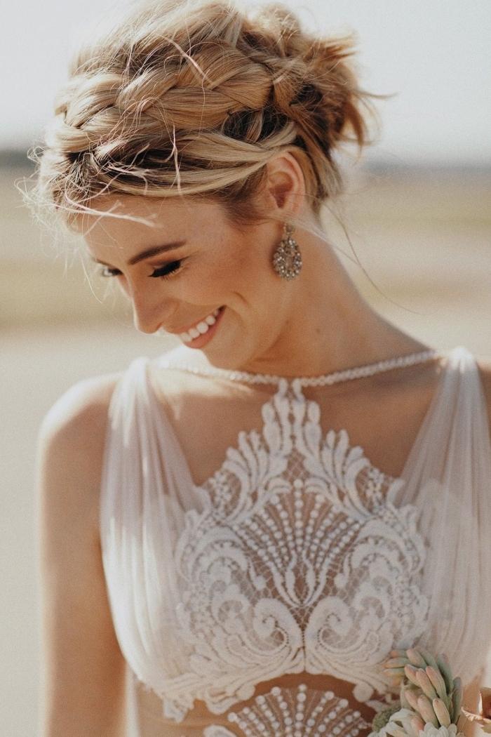 idée chignon mariage, modèle robe de mariée bohème chic avec motifs broderie ethnique et bretelles, couronne tressée cheveux chignon haut
