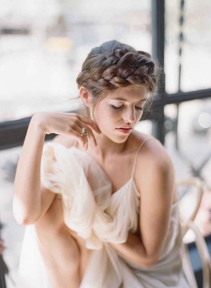 coiffure cheveux attachés pour mariée, modèle de coiffure cheveux longs attachés en couronne grosse natte