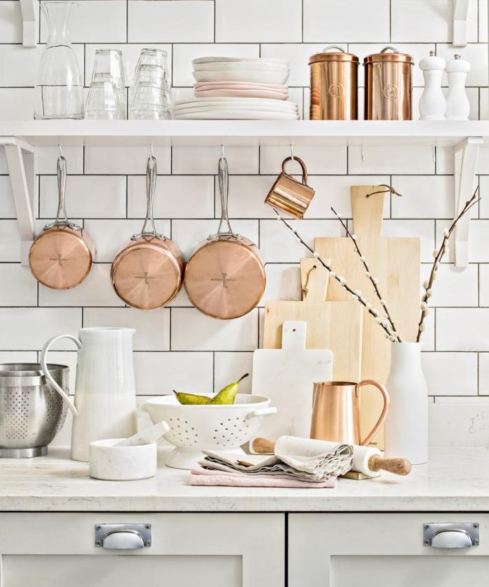 crédence blanche super élégante, vase blanc, casserole cuivre, étagère blanche, déco cuisine scandinave