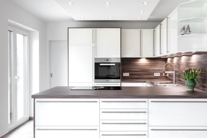 exemple de plafond suspendu avec éclairage spots led dans une cuisine, idée cuisine petit espace en forme de U