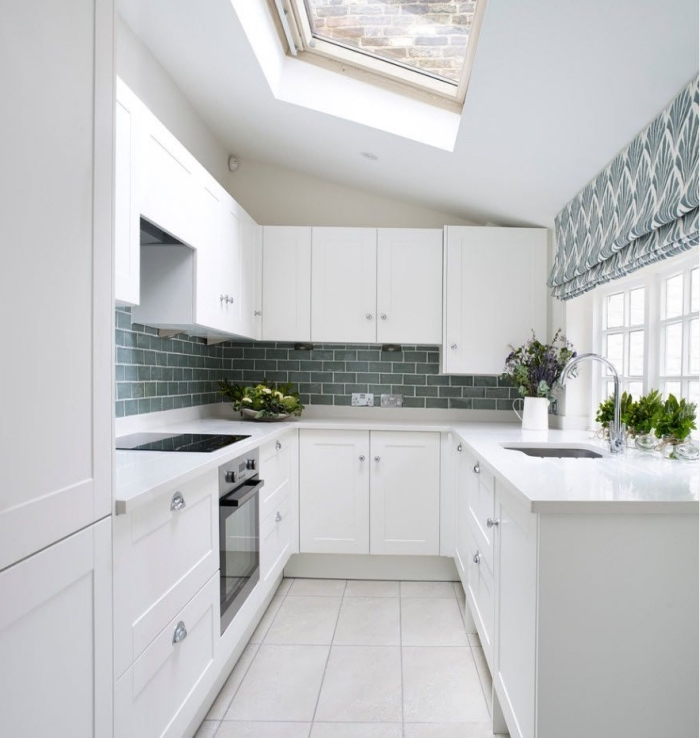 implantation cuisine sur trois murs en forme de U, idée couleur cuisine petite surface avec fenêtres, modèle carrelage vert