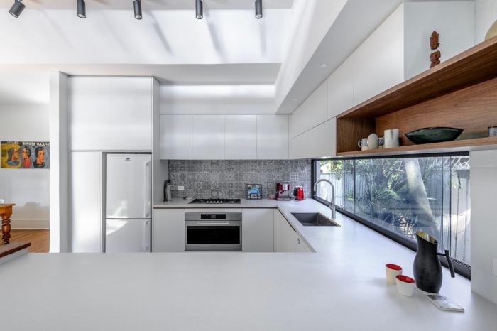 idée aménagement cuisine, modèle de cuisine équipée pas cher, exemple de cuisine blanche avec fenêtre et étagère bois
