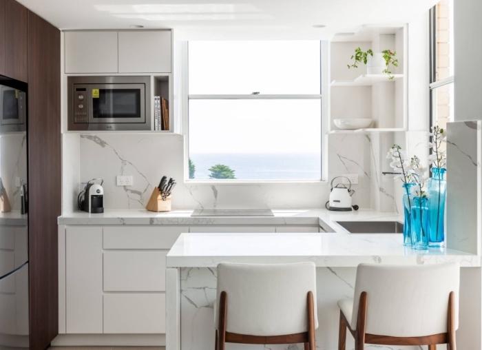 meuble bar cuisine en marbre, petit espace dans une cuisine trois zones avec comptoirs marbre et armoires sans poignées