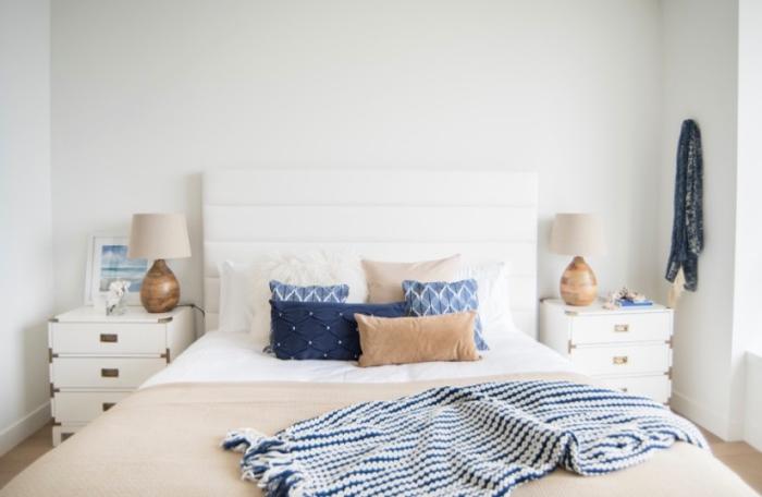 comment décorer une chambre à coucher minimaliste avec accessoires dans l'esprit marin, objets de couleur bleu marine