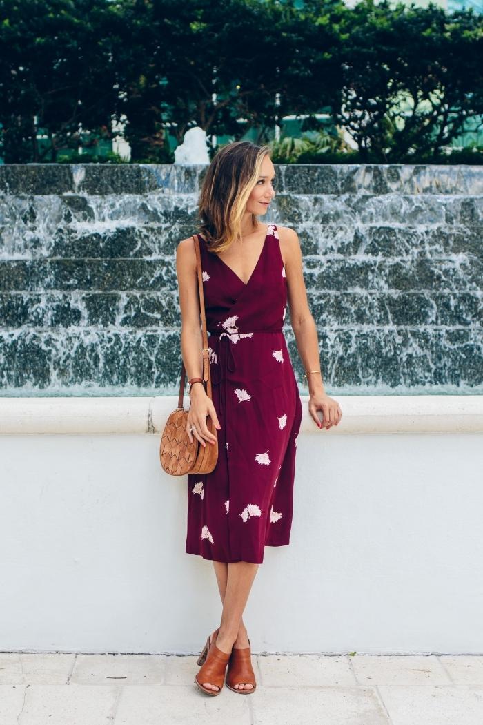 exemple de robe droite fluide couleur rouge foncé, comment combiner les couleurs des vêtements et accessoires femme moderne