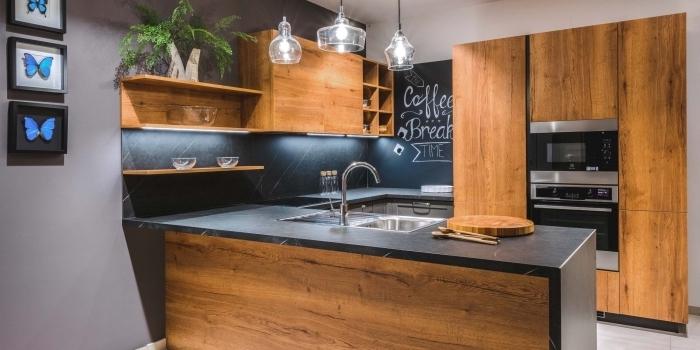 avec quelle couleur associer le bois dans une cuisine ouverte, modèle de cuisine en u avec ilot en noir et bois