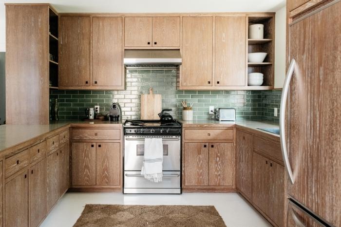 décoration rustique dans une cuisine avec armoires bois, modèle de tapis marron pour cuisine, idée crédence carrelage vert