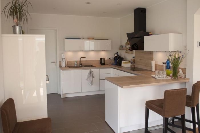 modèle de cuisine blanc et bois, agencement cuisine avec îlot bar, aménagement cuisine ouverte avec îlot bois et blanc