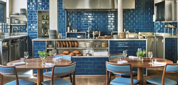 cuisine style bistrot, carreaux métro bleus, table de repas en bois, ilot de cuisine avec vasque
