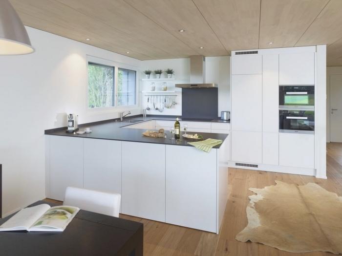 quelle implantation cuisine pour espace ouverte, design cuisine moderne au plancher et plafond bois avec meubles blancs