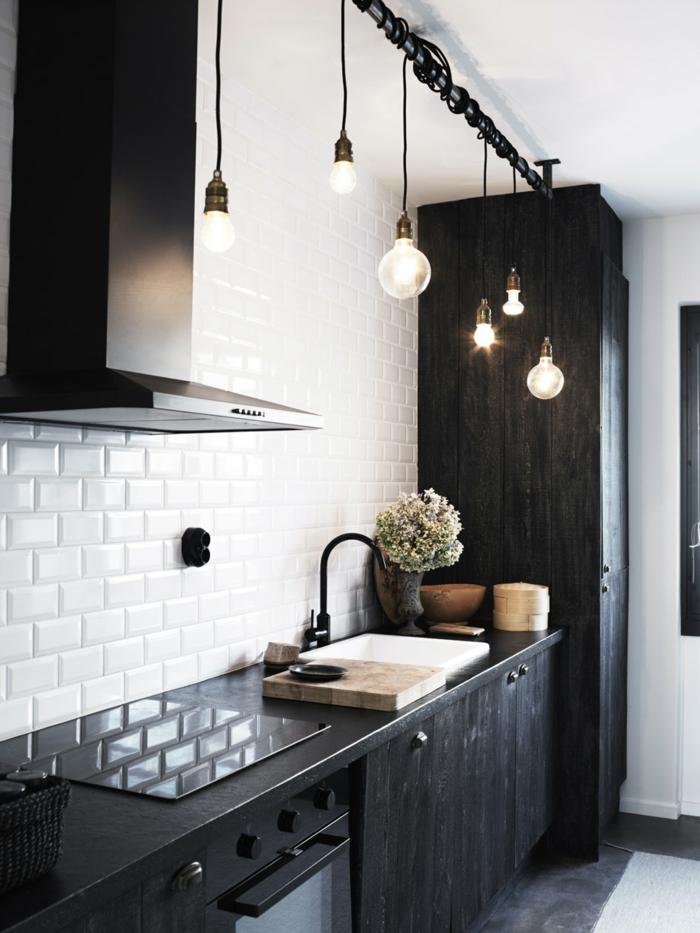 carrelage credence métro, ampoules industrielles, armoire noire, équipement de cuisine style industriel