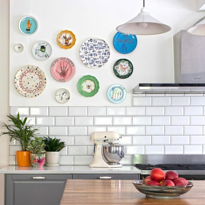 carrelage mural cuisine blanc, assiettes décoratives, lampe pendante, ilot de cuisine en bois, pots de fleur