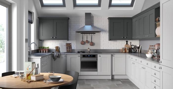 décoration de cuisine blanche avec accents en nuances de gris, agencement cuisine ouvert vers la salle à manger
