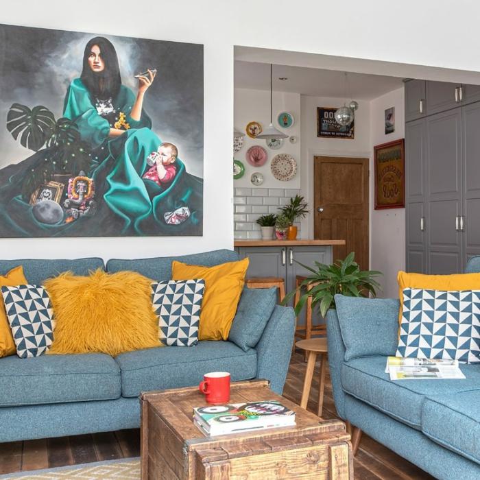 joli salon et cuisine, sofa gris, coussins, meubles en bois, table basse récup, tableau peinture original, armoires de cuisine gris