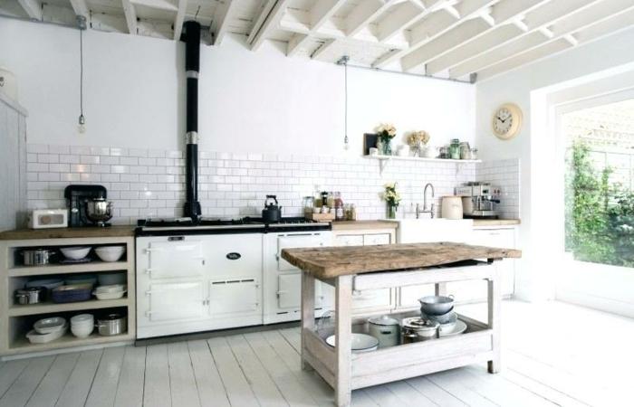 cuisine blanche, carrelage blanc brillant, sol en planches de bois blanches, îlot de cuisine récup, poutres blanches