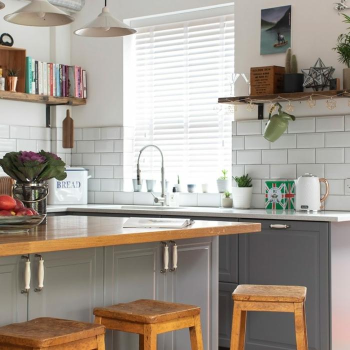 cuisine coquette, ilot de cuisine bois et gris, carreaux métro au mur, étagères en bois, lampes pendantes
