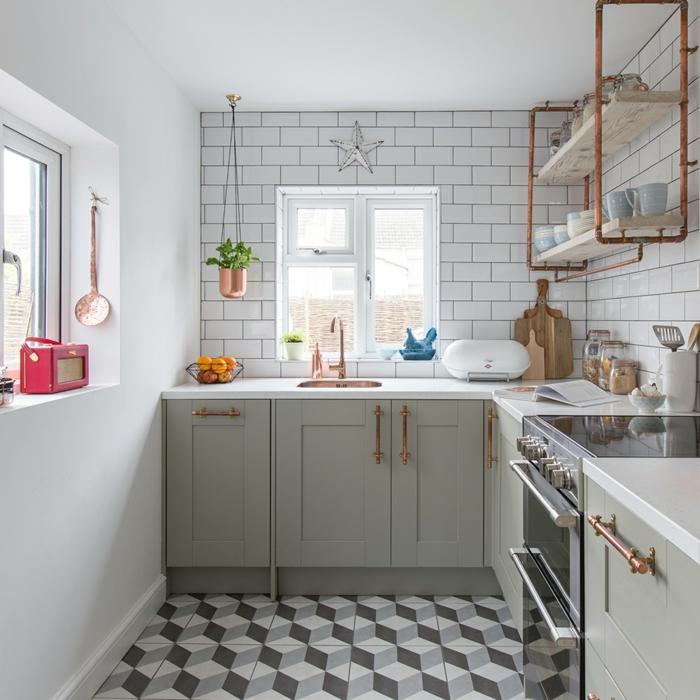 petite cuisine en L, carrelage credence métro blanc, étagère métallique, poignées couleur cuivre, sol carreaux de ciment