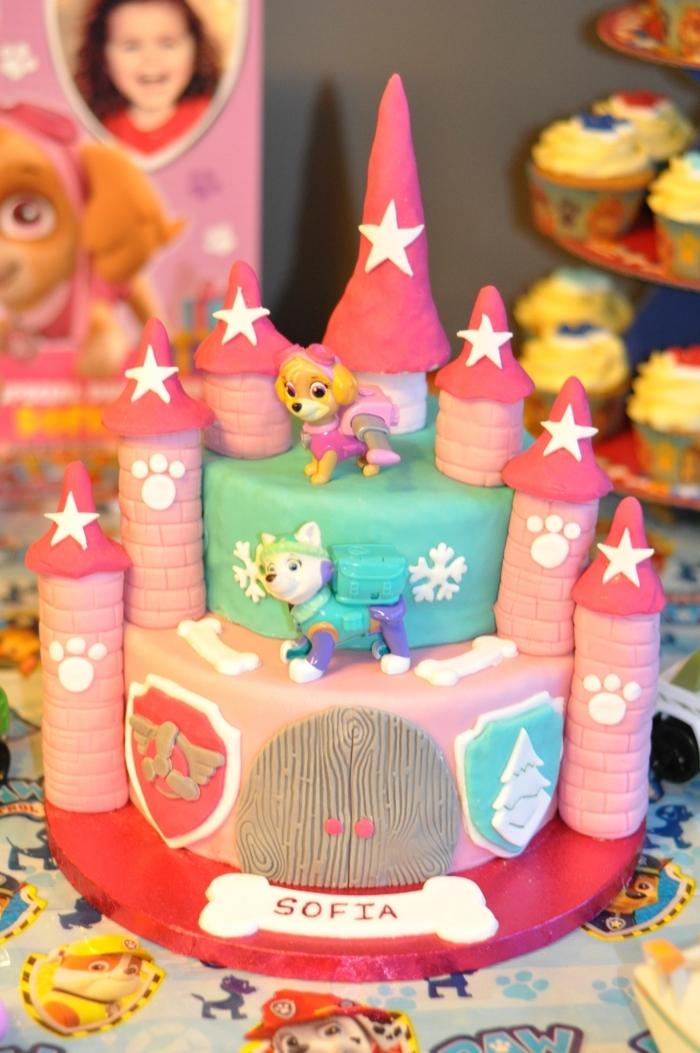 gâteau en rose et bleu, gateau anniversaire fille, château aux tours magiques, stella et everest