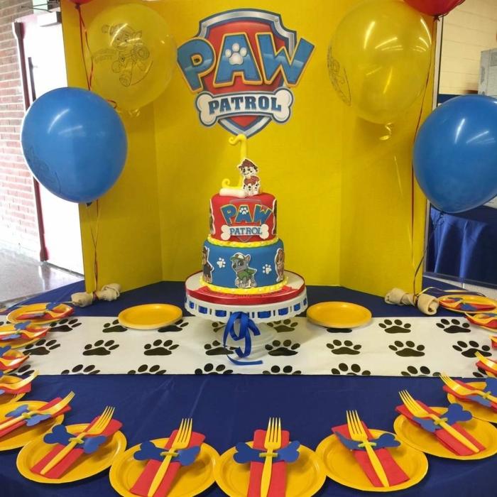 deco pat patrouille d anniversaire, assiettes plastiques jaunes, ballons, gateau trois étages