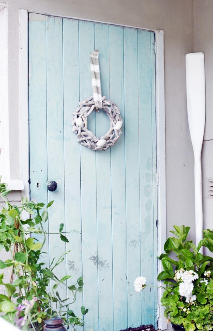 comment relooker une vielle porte d'entrée en bois, exemple porte bois récup avec peinture bleu pastel et couronne