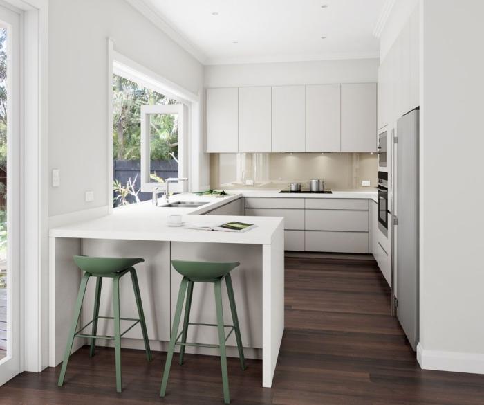 modèle de petite cuisine ouverte blanche au parquet bois foncé, exemple de crédence verre beige pour cuisine