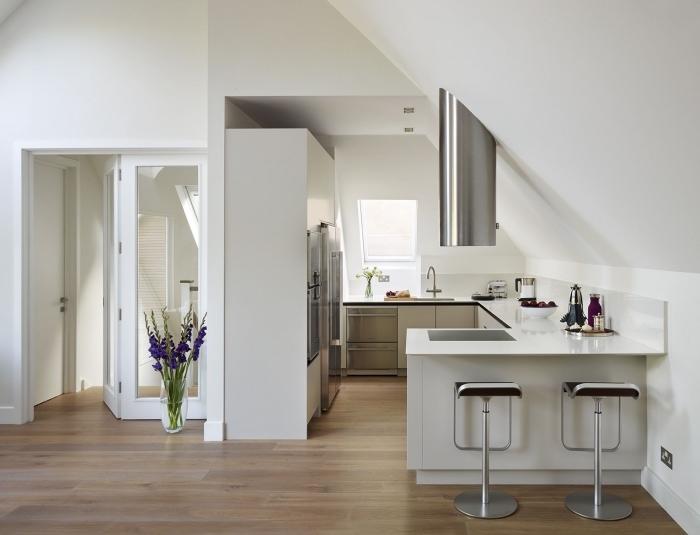 modèle de cuisine en u avec bar, exemple de cuisine blanche avec équipement en inox et plancher en bois clair