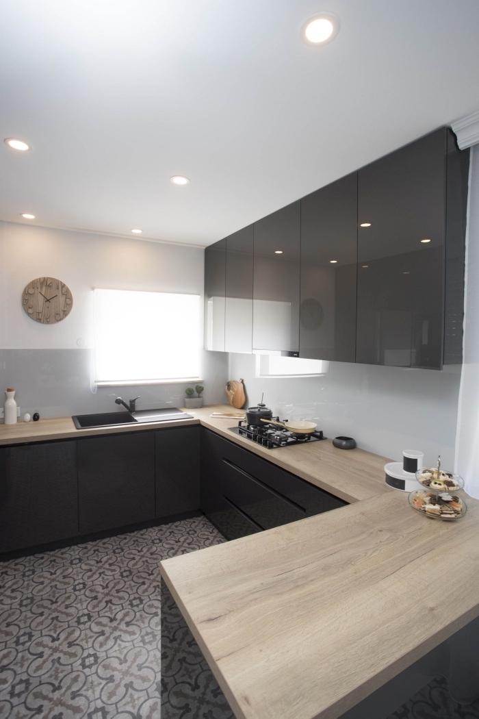 modèle de cuisine complete pas cher, idée éclairage led pour plafond cuisine moderne, meuble haut cuisine en verre noir