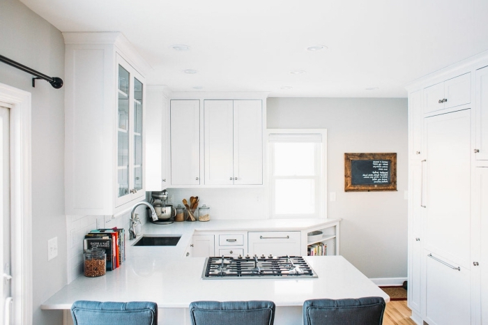 modèle de cuisine en u, design intérieur petite cuisine total blanc, idée cuisine en forme u avec petit îlot bar