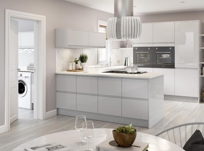 exemple de cuisine équipée pas cher, modèle de cuisine blanche avec accents en gris clair et gris foncé, peinture nuance de gris