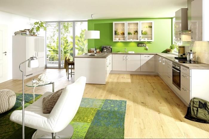 aménagement cuisine ouverte en forme de U, modèle cuisine au mur vert avec plancher bois et armoires blanches