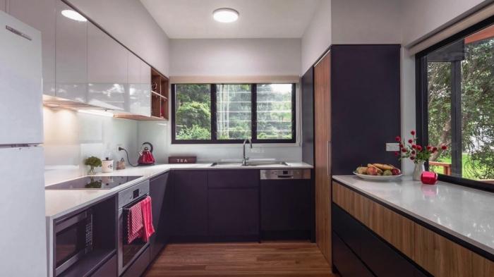 implantation cuisine en forme de u, idée éclairage sous meubles haut cuisine, modèle cuisine blanc et noir avec fenêtre