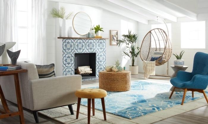 modèle de chaise oeuf suspendu exotique, idée décoration style bord de mer dans un salon sous pente en blanc et bois