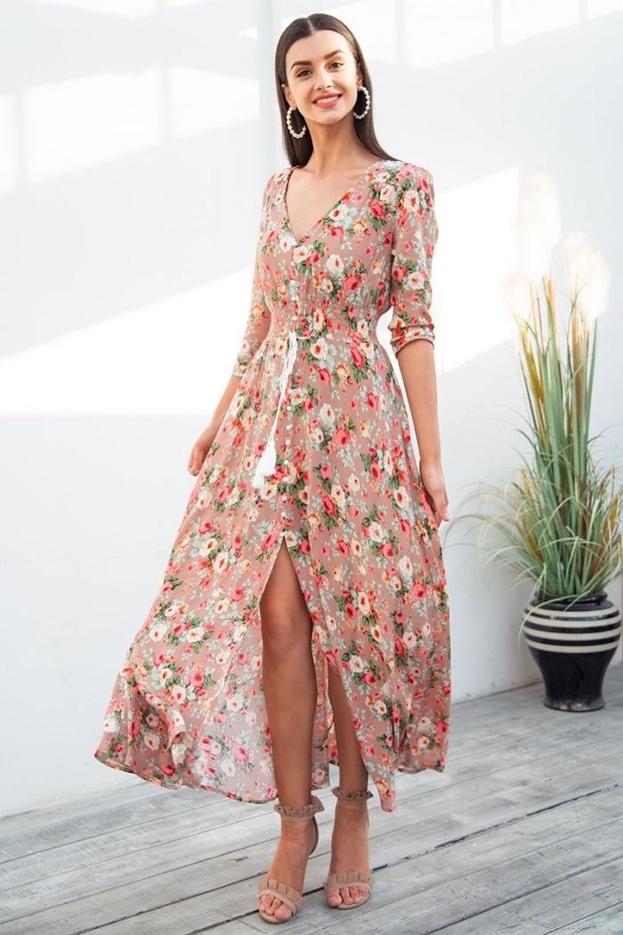idée robe bohème chic longue avec fente, modèle de robe manches courtes avec décolleté en V, motifs floraux vêtements été