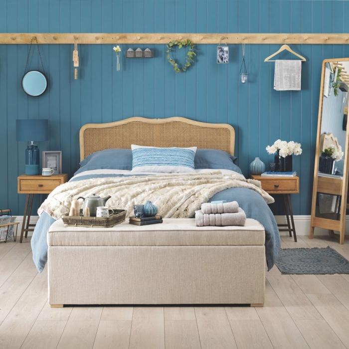 aménagement chambre à coucher dans l'esprit marine, peinture tendance couleur bleu marine ou bleu clair pour chambre adulte
