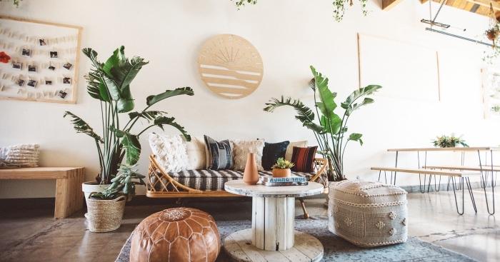 design intérieur style jungalow avec objets d'esprit bord de mer, idée aménagement salon avec accessoires plage