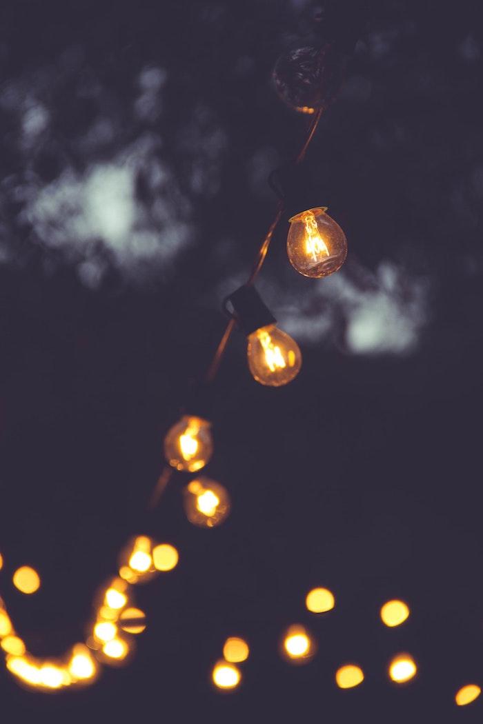 Ampoules LED pour le jardin, décorer pour une soirée dans le jardin, fête en été avec table et chaises sous les lampes LED vintage style