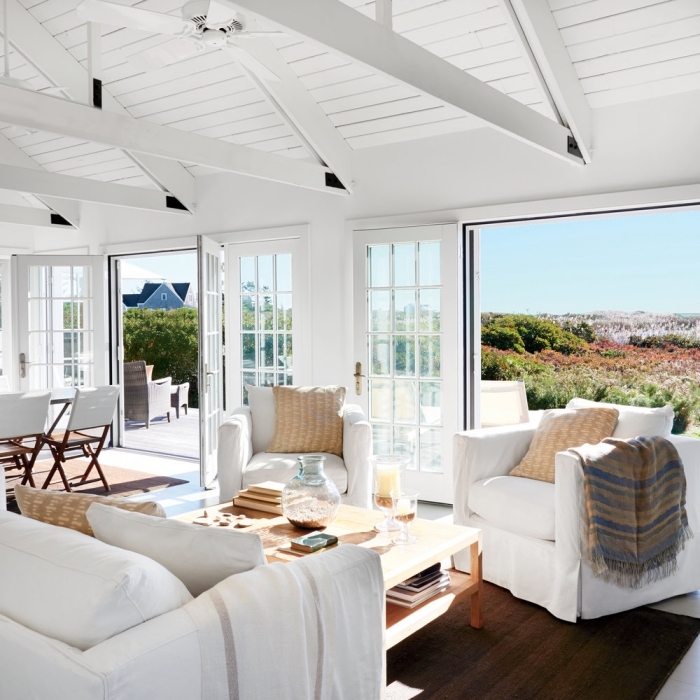 design intérieur style marine, idée maison bord de mer à intérieur total blanc avec meubles bois et objets beige