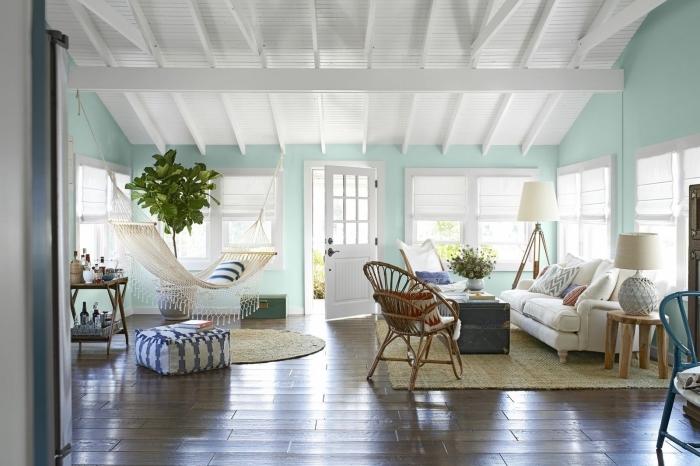 comment aménager un salon de style marin, idée peinture murale tendance déco bord de mer de couleur vert pastel