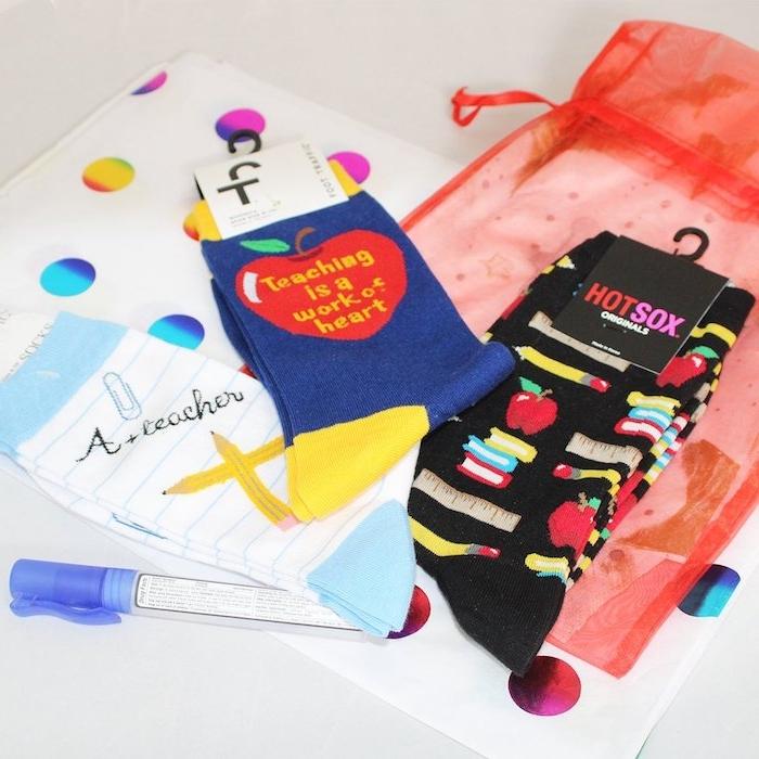 chaussettes personnalisées avec motif professeur et motif éducation dessiné en dessus, cadeau maitresse personnalisé