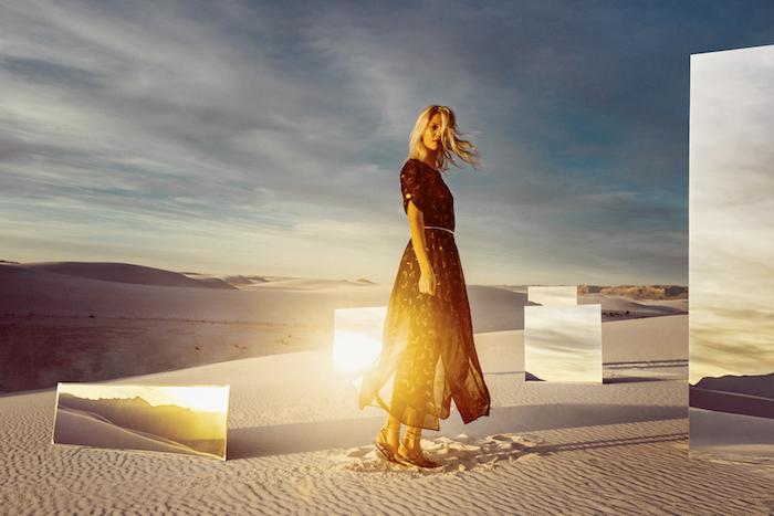 Desert avec miroirs photo art femme blonde, robe longue bohème, robe longue femme, tenue décontractée