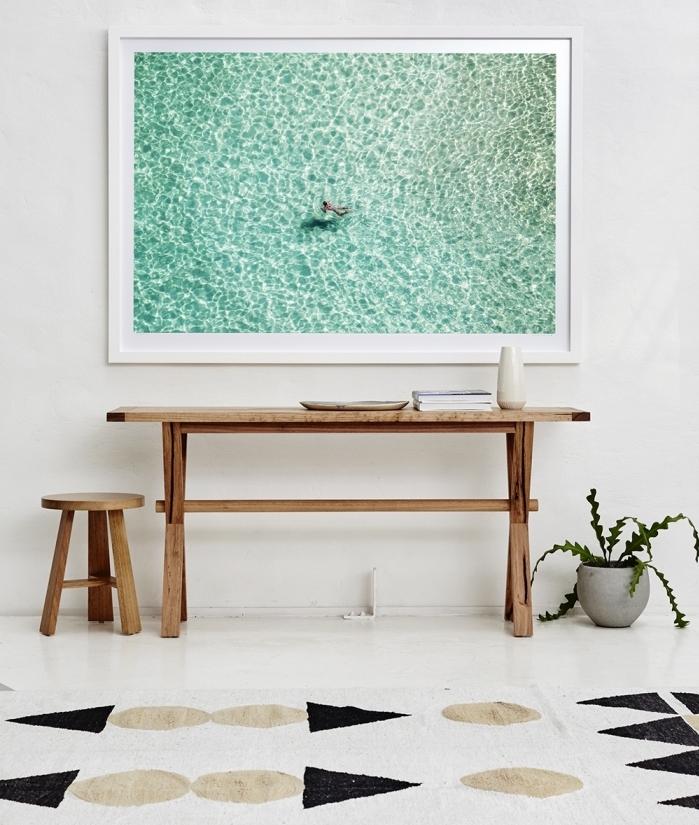 idée déco bord de mer dans un salon blanc, console bois brut avec petit tabouret pour un couloir ou salon esprit marin