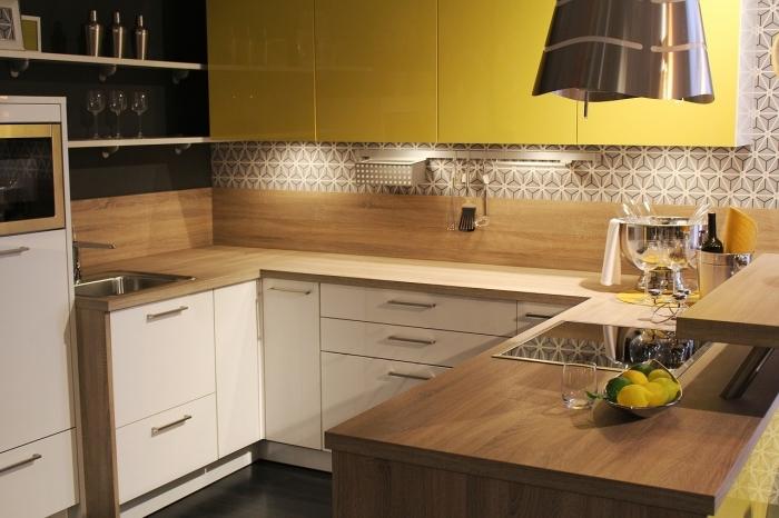modèle meubles haut cuisine de couleur jaune, idée petite cuisine en forme de u avec crédence bois et carreaux blanc et noir