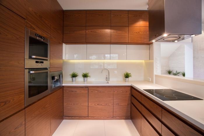 modèle de cuisine bois foncé avec crédence et plan de travail blanc, idée éclairage sous meubles haut cuisine