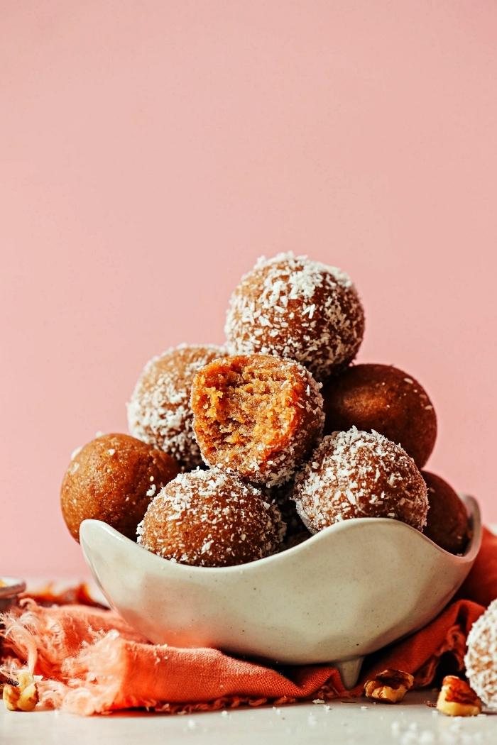 bouchées apéritives en version sucré, cake pops sans cuisson à la vanille, dattes et amandes, amuse bouche rapide pour apero sucré