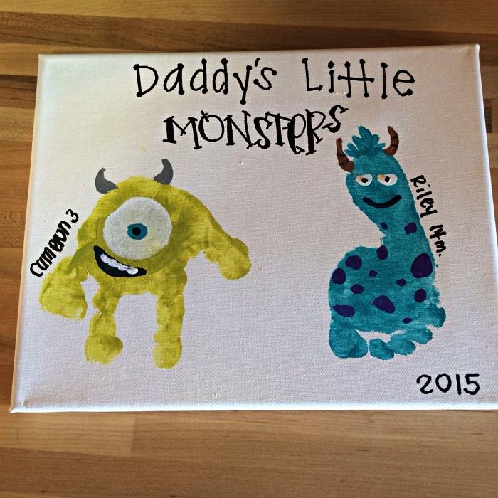 petit tableau personnalisée pour la fête des pères avec des monstres empreintes de main et de pied, idée cadeau fete des peres bebe