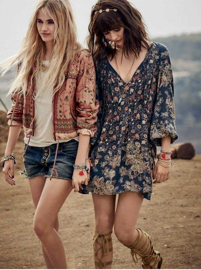deux amies en vetement hippie chic, gilet couleurs pastel, robe tunique florale, sandales romaines, short denim