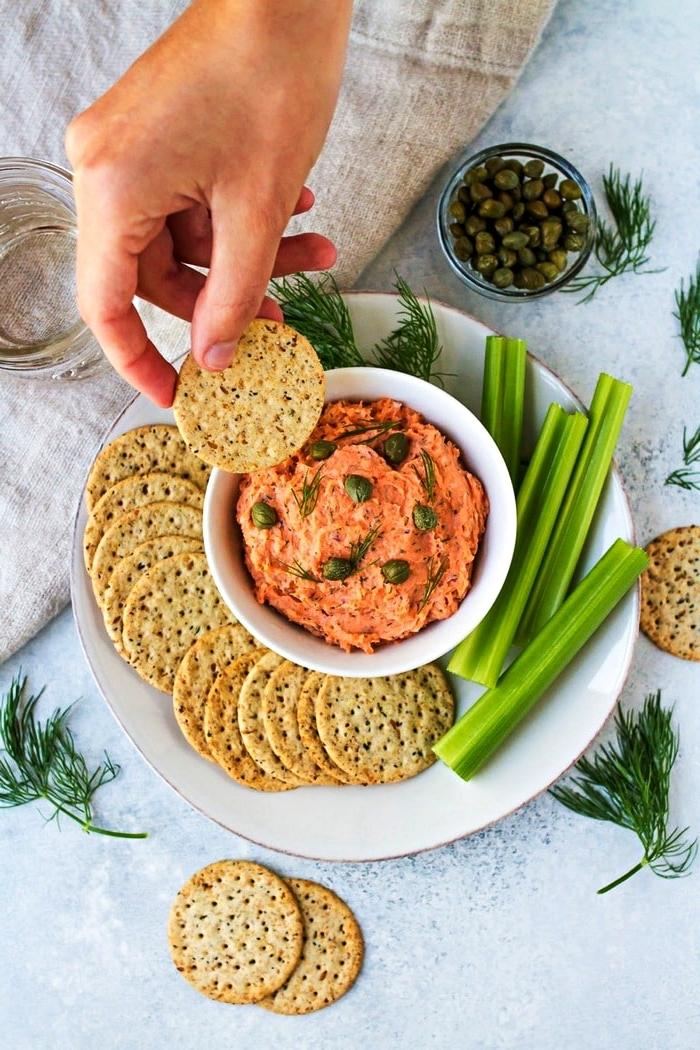 recette de dip de saumon fumé et câpres servi avec crackers et céléris-branches, recette aperitif dinatoire facile et rapide