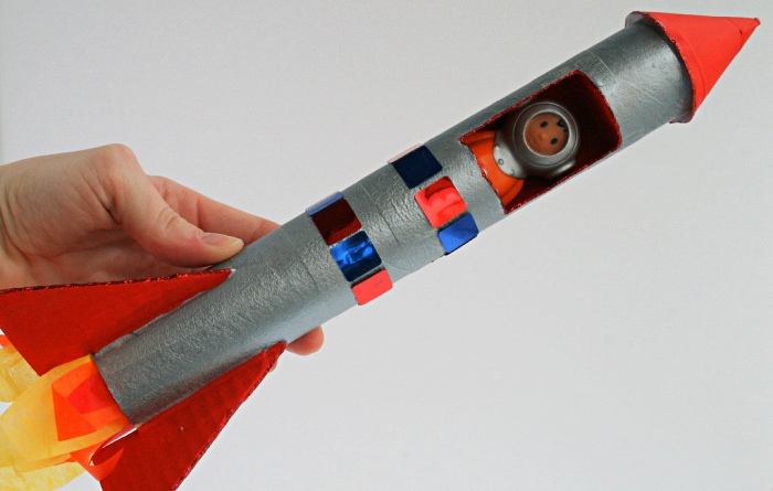 bricolage fête des pères à l'école maternelle, fabriquer un fusée en carton et en papier avec une petite figurine de cosmonaute