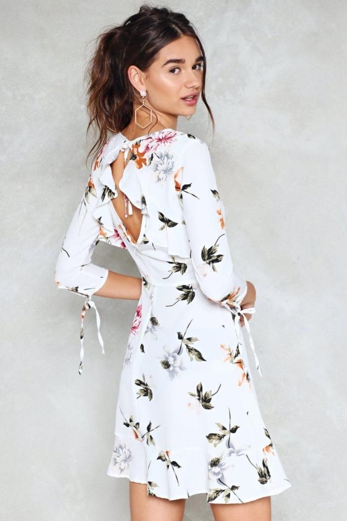 quelle tenue femme invitée mariage été, exemple de robe de ceremonie blanche courte avec dos nu aux motifs floraux