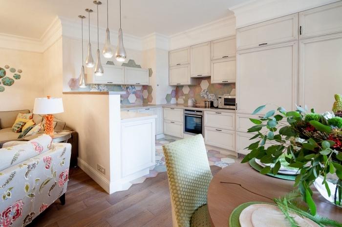 aménagement cuisine petit espace en trois murs, modèle carrelage en couleurs pour crédence cuisine, idée parquet bois cuisine